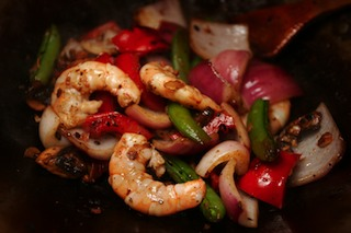 wok_recipes_b13_fermented_black_beans_garlic_ginger_root_red_bell_pepper_mushroom_snap_peas_onion_prawns_cooked